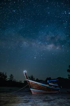 Amarre o barco de viagem à noite