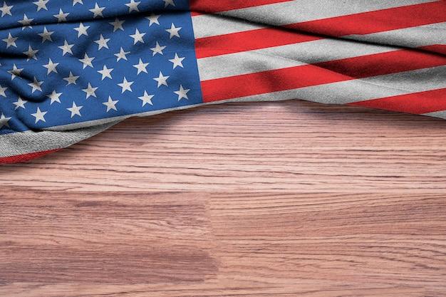 Amassado da bandeira dos estados unidos da américa ou eua em fundo de madeira.