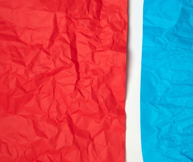 Amassado vermelho e azul no papel em um branco