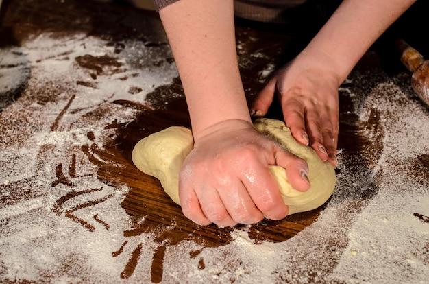 Amassar a massa para assar pão.