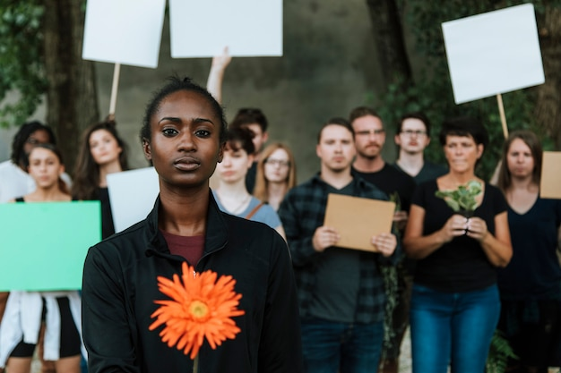 Ambientalistas zangados protestando pelo meio ambiente