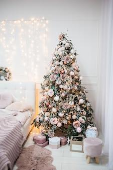 Ambiente acolhedor de natal em casa e árvore de natal