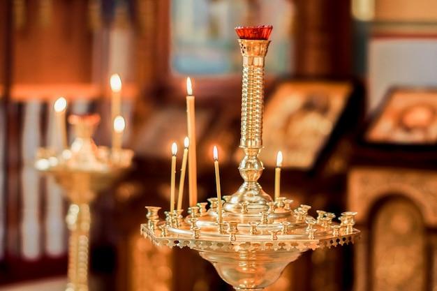 Ambiente de igreja, velas e luzes amarelas bokeh