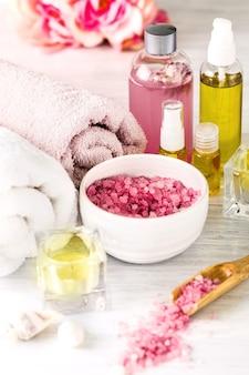 Ambiente de spa com rosas, sal marinho e óleo aromático, estilo vintage