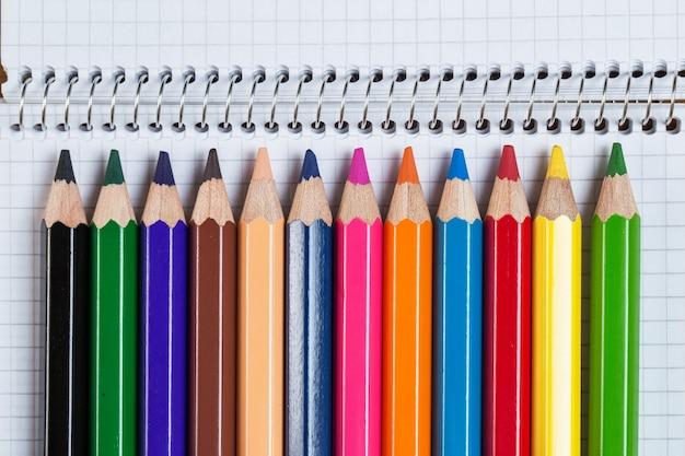Ambiente de trabalho. bloco de notas e lápis coloridos