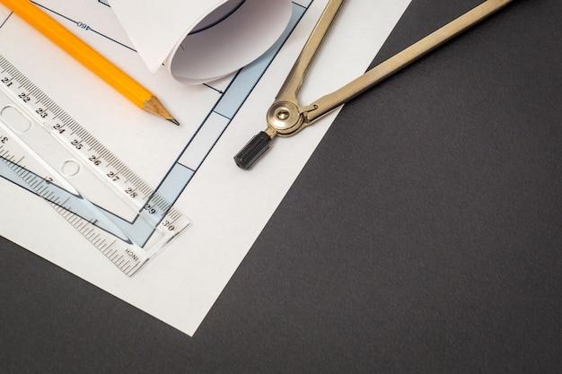Ambiente de trabalho do engenheiro de construção, desenhos e acessórios