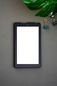 Ambiente de trabalho. telefone, tablet e o bloco de notas em cima da mesa.