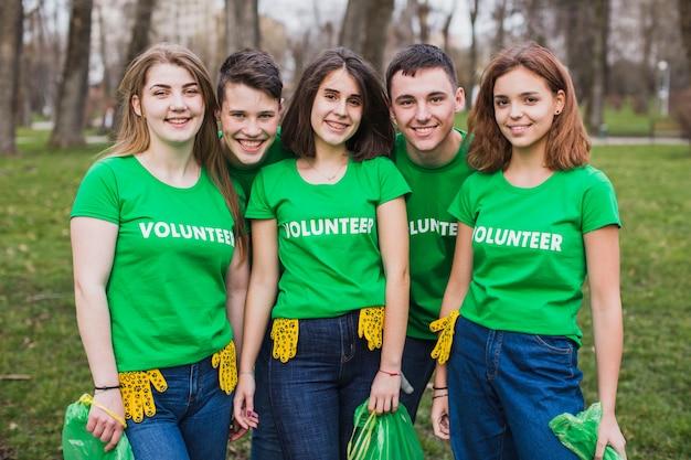 Ambiente e conceito de voluntariado com cinco pessoas
