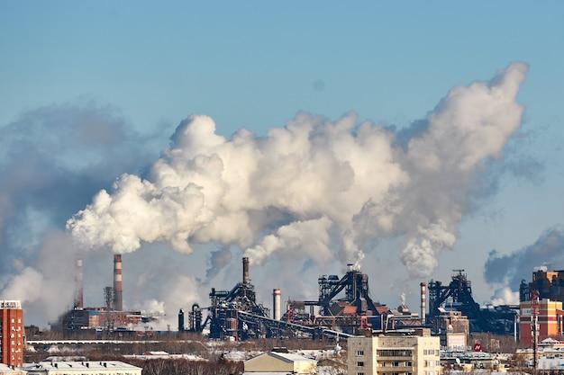 Ambiente pobre na cidade. desastre ambiental. emissões prejudiciais para o meio ambiente. fumaça e poluição. poluição da atmosfera pela fábrica. gases de escape