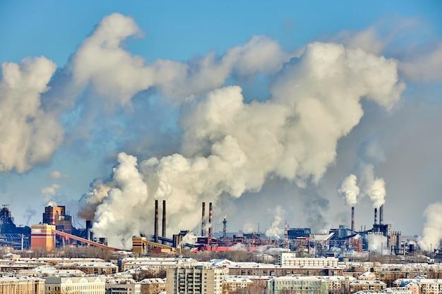 Ambiente precário na cidade. desastre ambiental. emissões prejudiciais ao meio ambiente. fumaça e poluição. poluição da atmosfera pela fábrica da planta. gases de escape Foto Premium