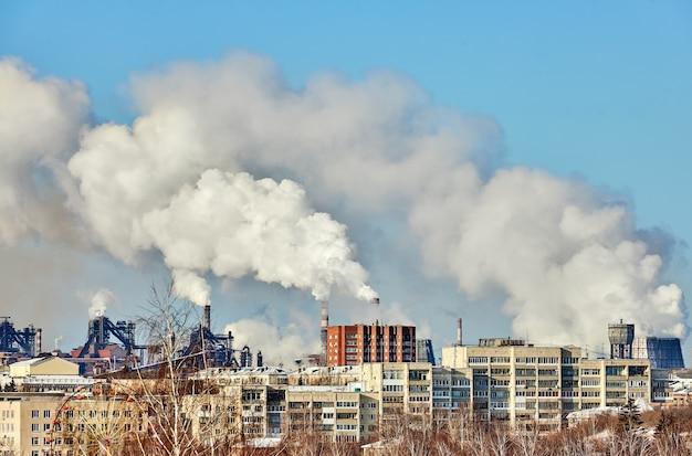 Ambiente precário na cidade. desastre ambiental. emissões prejudiciais ao meio ambiente. fumaça e poluição. poluição da atmosfera pela fábrica da planta. gases de escape
