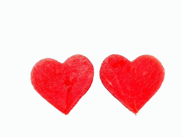 Ambos os corações de melancia vermelha isolados no fundo branco