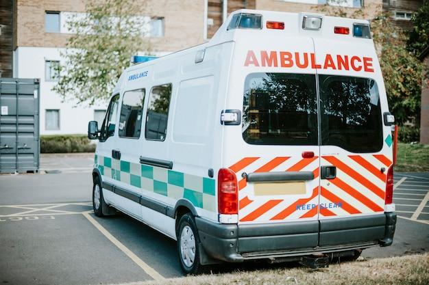 Ambulância britânica estacionada em um estacionamento