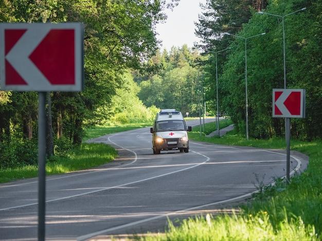 Ambulância em movimento em uma estrada da floresta