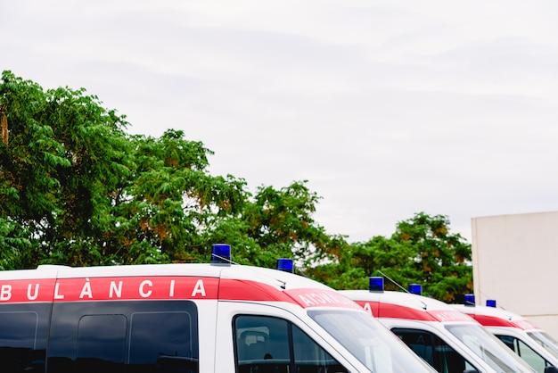 Ambulâncias esperando na porta de emergência de um hospital