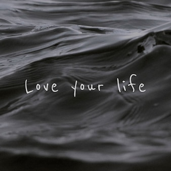 Ame sua frase de vida em um fundo de ondas de água