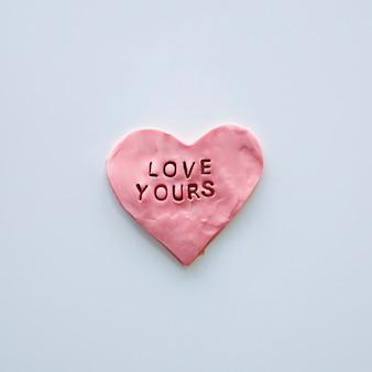Ame sua inscrição no cookie de coração rosa