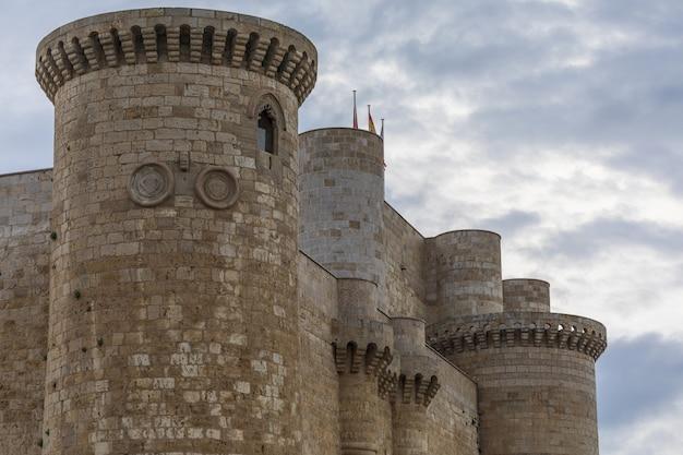 Ameias e muralha do castelo de sarmierto em fuentes de valdepero (palência - castela e leão - espanha). século xv.