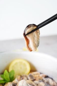 Amêijoa fresca e saborosa com pauzinhos