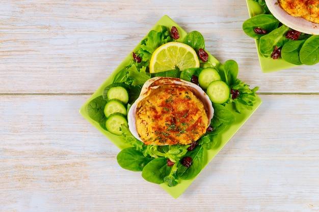 Amêijoa recheada com carne de caranguejo e migalhas de pão com salada e limão. conceito de frutos do mar.