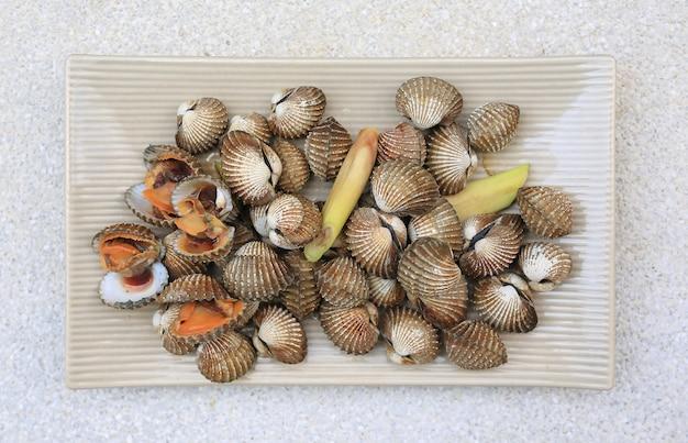 Amêijoas cozidas em um prato quadrado de cerâmica