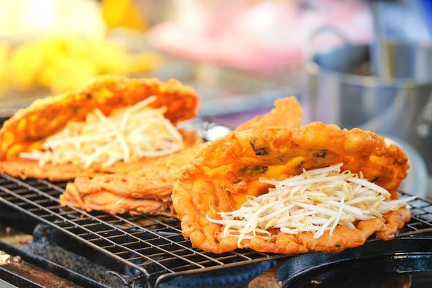 Amêijoas fritas estão disponíveis para venda no street food thai style.