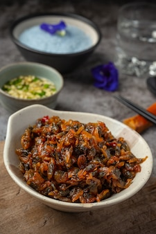 Amêijoas secas, servidas com molho com três sabores, servidas com arroz asiático no vapor seafood concept.