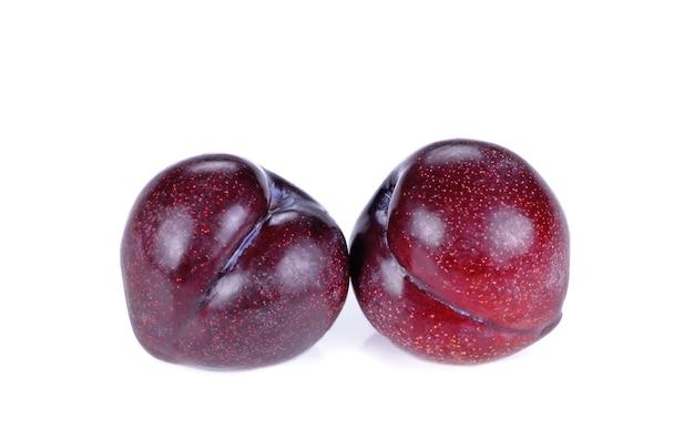 Ameixa de cereja vermelha isolada em branco isolada