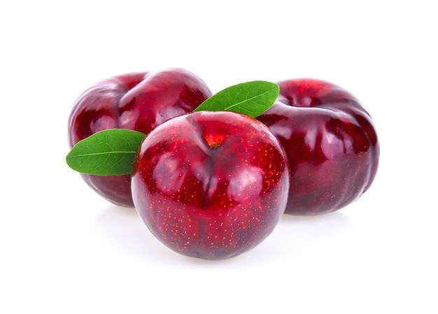 Ameixa de cereja vermelha isolada no fundo branco