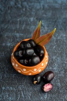 Ameixa jambolan ou jambul ou fruta jamun, ameixa java (syzygium cumini) com folhas.