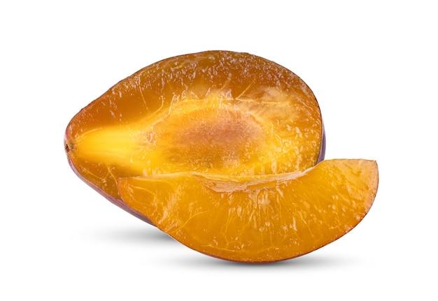 Ameixa seca ou ameixa isolada em um fundo branco.