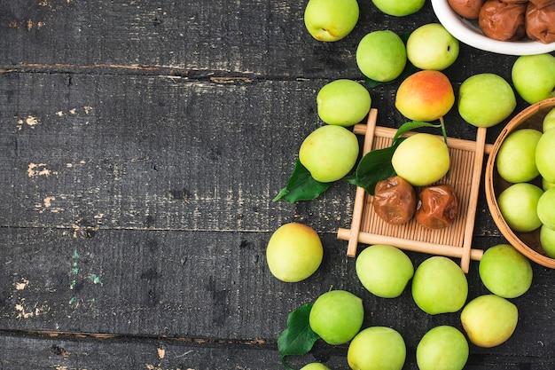 Ameixa verde fresca e ameixa verde preservada