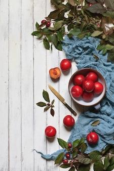 Ameixa vermelha fresca em uma tigela.