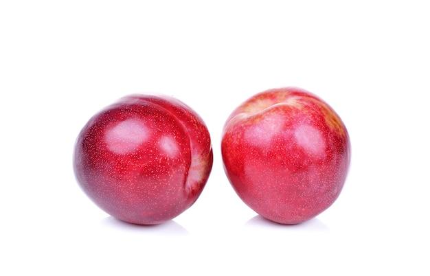Ameixa vermelha isolada no branco