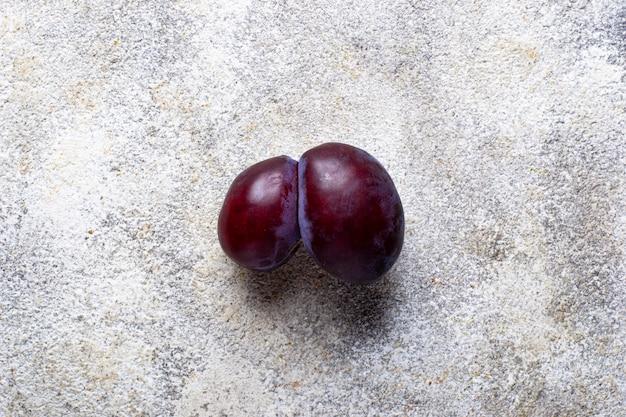 Ameixas feias, frutas orgânicas anormais