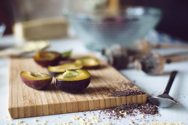Ameixas frescas na placa de corte