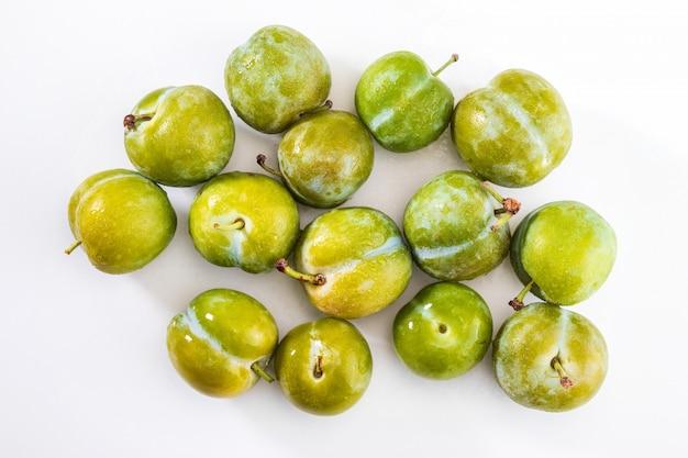 Ameixas verdes deliciosas claudias frescas e cruas. isolado