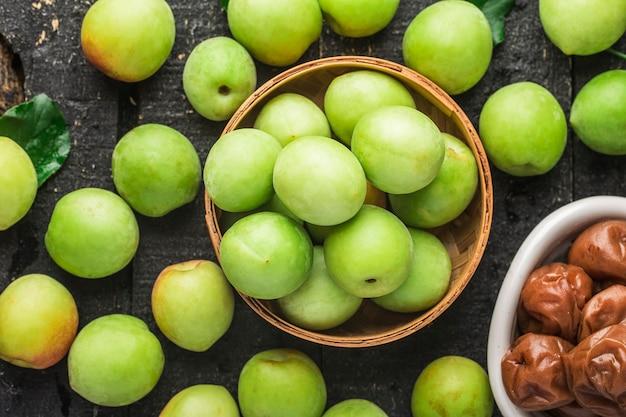 Ameixas verdes frescas e ameixas verdes em conserva
