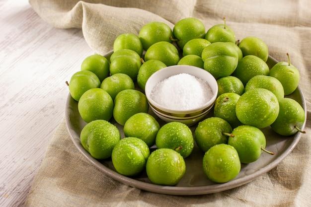 Ameixas verdes verdes com sal