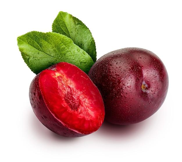 Ameixas vermelhas apetitosas e saudáveis, inteiras e cortadas em segmentos com aspecto de ilustração. inclui folhas da ameixeira. isolado.
