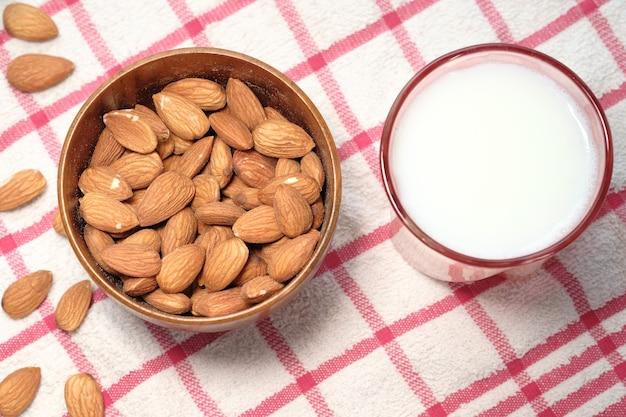 Amêndoa e leite em cima da mesa para baixo.