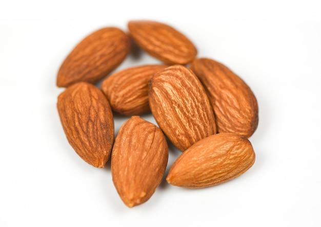 Amêndoa isolada - nozes em alimentos de proteína natural branca e lanche, foco seletivo