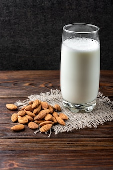 Amêndoas frescas com leite na mesa de madeira