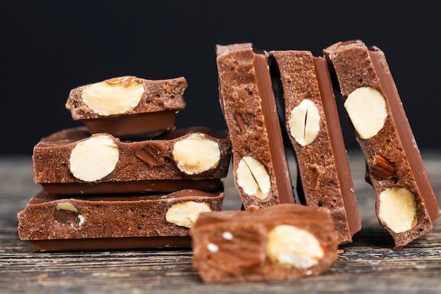 Amêndoas reais e chocolate de cacau, os detalhes do chocolate quebrados em pedaços