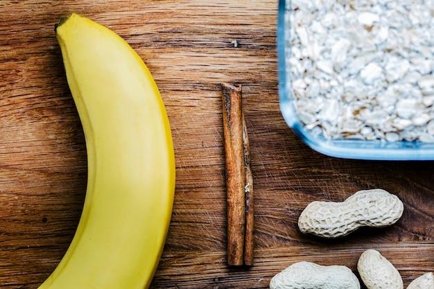 Amendoim, banana e uma canela