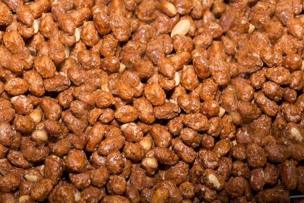Amendoim, chocolate revestido choques fundo