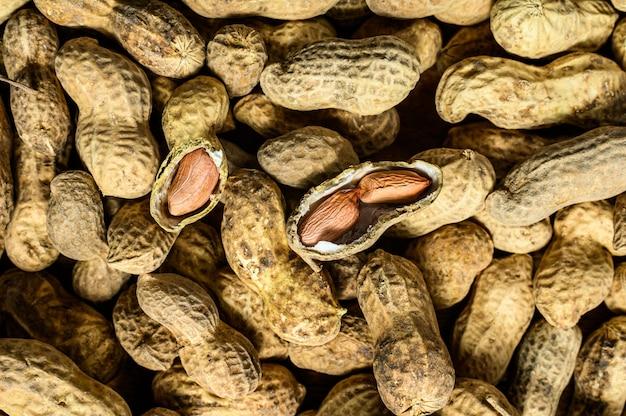 Amendoim com casca. amendoim cru orgânico. fundo preto. vista do topo