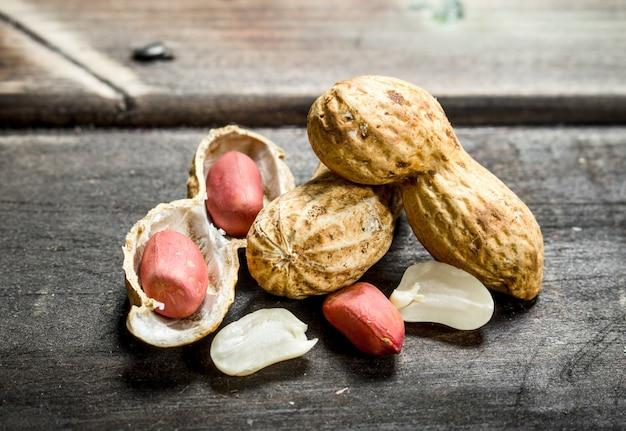 Amendoim com casca. sobre um fundo de madeira.