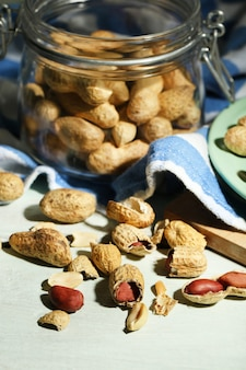 Amendoim e quebra-nozes no prato, na madeira