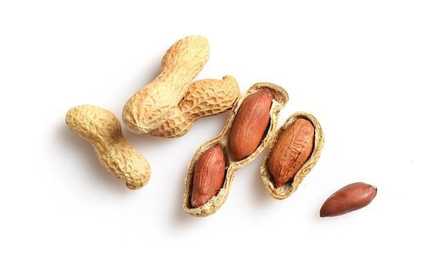 Amendoim em casca de noz isolado no branco